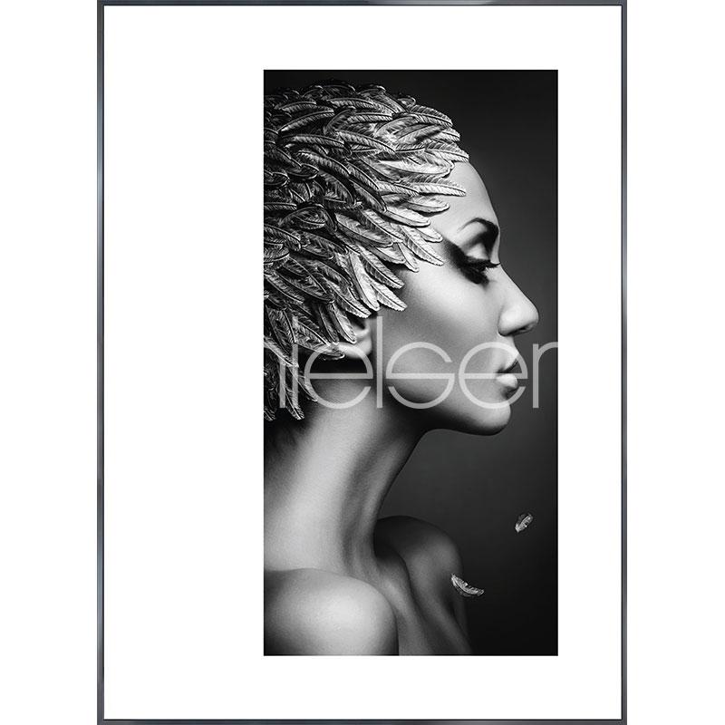 "Gerahmtes Bild ""Featherhead Woman"" mit Alurahmen Alpha"